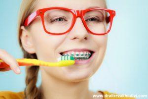 مسواک زدن دندانها